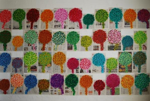 Forêt, acrylique sur papier journal, 365 éléments, détail, présentation modulable. Du 22 juillet 2010 au 21 juillet 2011, j