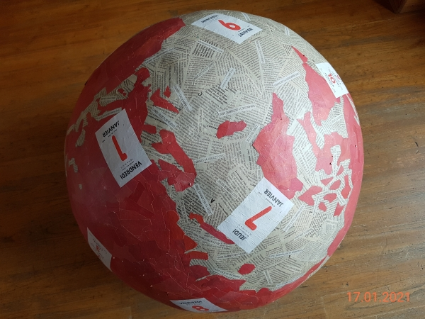 Mappemonde, papier, colle et peinture acrylique. Ce volume sphérique, commencé le 22 juillet 2010, a pris forme et s