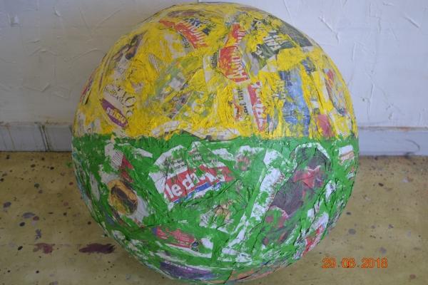 Mappemonde, papier journal et acrylique. Ce volume sphérique, commencé le 22 juillet 2010, prend forme et grossit par l