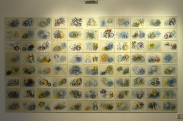 """Ciel étoilé, 1997-1998, crayon de couleur et stylo bille sur papier, 88 éléments de 21 x 28 cm. Exposition """"Approches solaires"""", Musée de Romans sur Isère, septembre 2005. (voir texte)"""