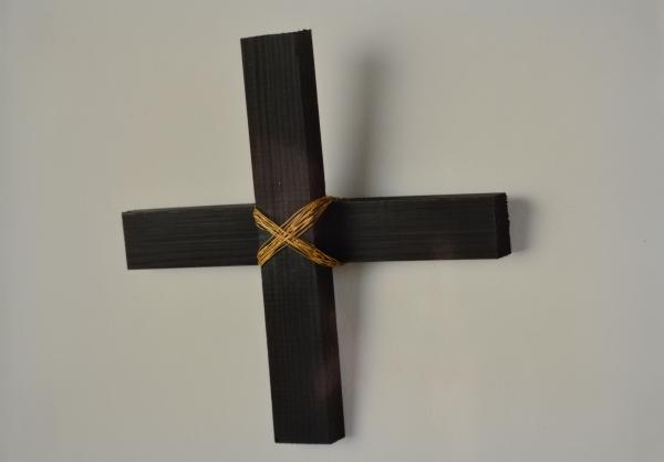 Axiome, 1990, bois peint et fil de fer laiton, 31,5 x 31,5 x 4 cm