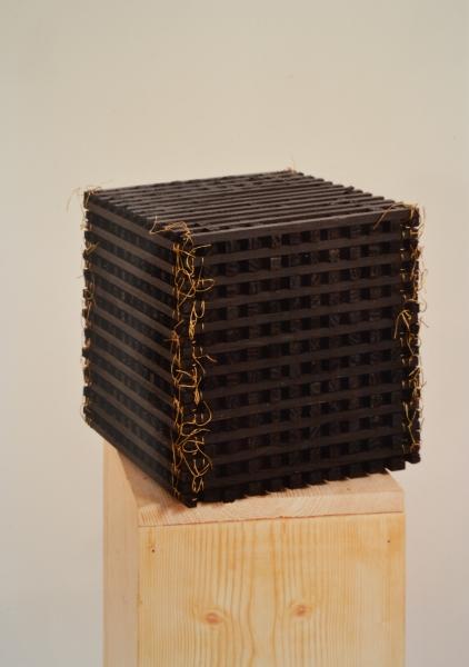 A la Croisée, 1989, bois peint et fil de fer laiton, 21 x 21 x 21 cm