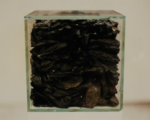 Urne, 1992-1995, verre et papier brûlé, 21 x 21 x 21 cm. Ce cube en verre contient les cendres des feuilles d